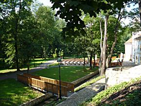 Vybudování přírodního amfiteátru v rámci rehabilitace zámeckého parku v Dolních Počernicích s podporou ze strukturálních fondů EU