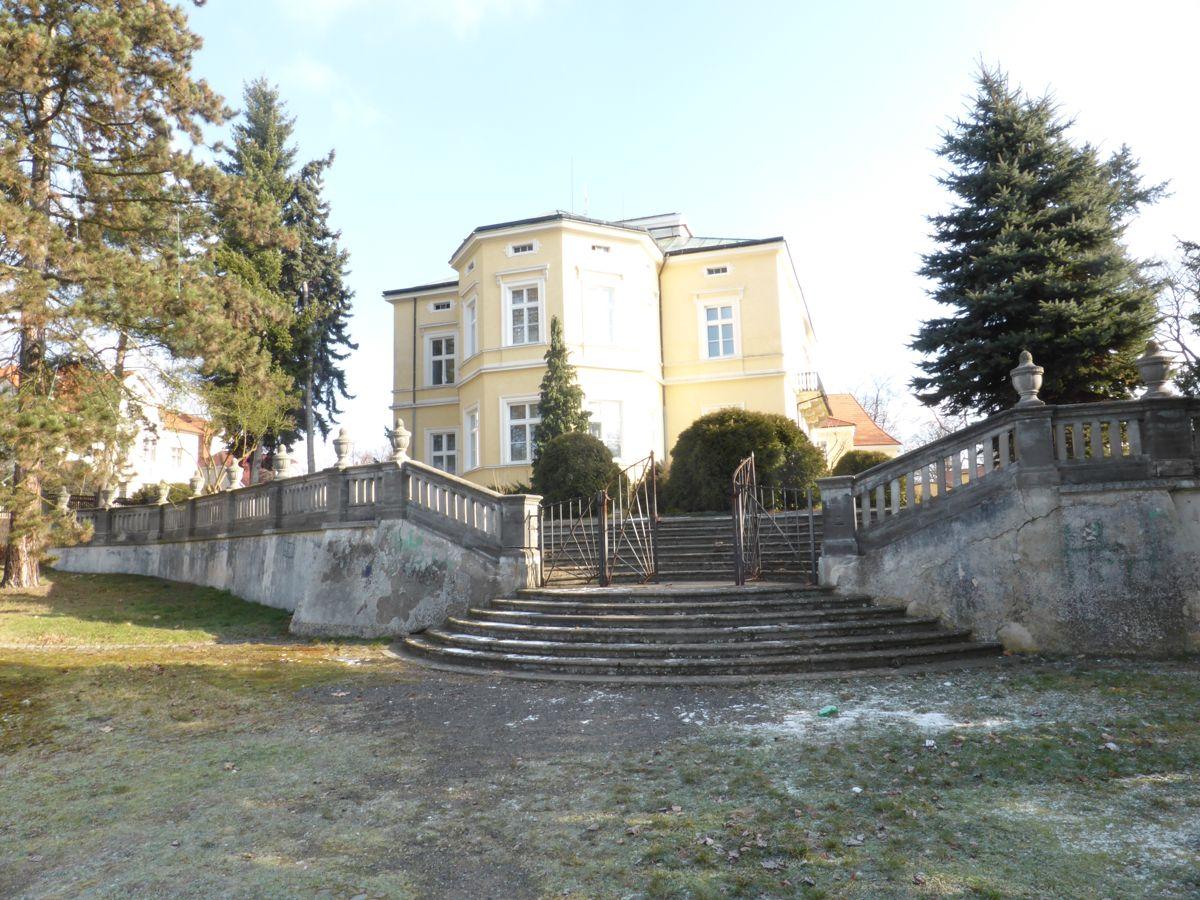 Opěrná zeď se schodištěm do parku